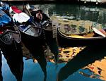 Gôndolas estacionadas no canal de Veneza