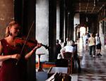 Violinista toca em frente ao Café Florian, fundado em 1720, situado na praça de San Marco, em Veneza; o restaurante é o mais antigo da Europa