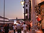 Máscaras decoram fachada de loja na praça de San Marco, no centro de Veneza