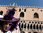 Máscara exposta em banca, na praça de San Marco no centro de Veneza