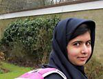 Malala Yousafzai carregando uma mochila em Birmingham, cidade onde vive na Inglaterra, antes de ir para escola pela primeira vez desde que se recuperou do tiro levado na cabeça. A paquistanesa defende o direito de educação para as meninas