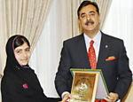 Malala recebe o Prêmio Nacional para a Paz do primeiro ministro paquistanês, Yusuf Raza Gilani, em outubro de 2012, por defender a educação de meninas, proibida pelo Taleban
