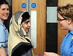 Malala deixa hospital em Birmigham na Inglaterra. Em outubro de 2012, a garota paquistanesa tomou um tiro na cabeça depois de denunciar repressão do Taleban