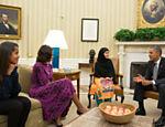Malala se encontra com o presidente norte americano Barack Obama na Casa Branca, ao lado da primeira-dama Michele Obama e da filha do casal, Malia