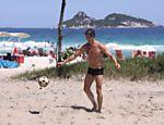 Márcio Garcia toma banho de mar e joga futevôlei na Barra