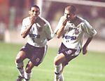 Na Taça Libertadores de 2000, Luizão e Vampeta comemoram gol do Corinthians por 5 a 4 Olimpia (Paraguai)