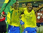 Ronaldo e Vampeta comemoram a conquista do penta na Copa do Mundo de 2002