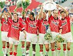 Vampeta comemora com jogadores do PSV Eindhoven um título na Holanda