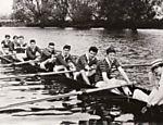 Hawking timoneando para o Boat Club, em Oxford