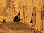 Justin Bieber grafita muros das ruas de São Conrado na madrugada de terça (5), no Rio de Janeiro