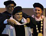 Alejandro Sanz (centro) recebe título do reitor, Larry Simpson (esq.) e do presidente de Berklee, Roger Brown