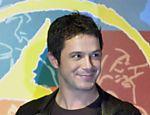 O cantor Alejandro Sanz segura os quatro Grammys de música latina que recebeu