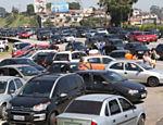 Motoristas param ao lado da rodovia dos Imigrantes durante congestionanto no sentido litoral