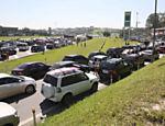 Motoristas formam fila na entrada de posto na rodovia dos Imigrantes, no sentido litoral