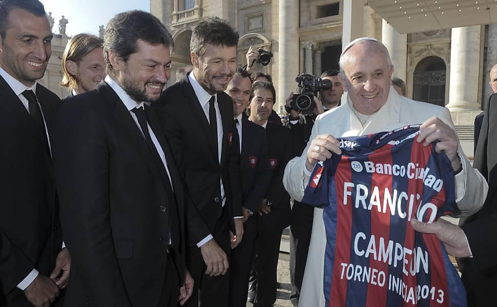 Papa Francisco e sua coleção de camisas esportivas