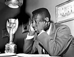 Pelé observa o troféu; taça foi batizada de Jules Rimet em homenagem ao ex-presidente da Fifa