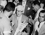 Fundador da Copa, Jules Rimet entrega a taça a Obdulio Varela, capitão do Uruguai, em 1950