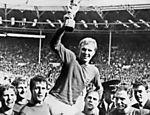 Bobby Moore, capitão da Inglaterra em 1966, ergue a taça Jules Rimet
