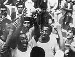 Pelé ergue a taça de campeão da Copa de 1970