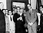 Juscelino Kubitschek com a taça ao lado de João Havelange, em 1958