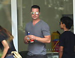 Brad Pitt e Angelina Jolie passeiam com os filhos em parque de Queensland, na Austrália