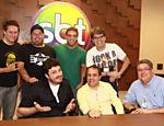 Marcos Kleine, Mingau, Léo Lins, Róger, Danilo Gentili, Fernando Pelegio e Leon Abravanel durante assinatura de contrato no SBT