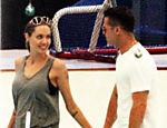 Brad Pitt e Angelina Jolie levam filhos para patinar no gelo