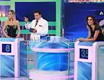 Silvio Santos recebe a apresentadora Janaína Jacobina (esq.) e a modelo Flávia Viana em seu programa
