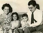 O então deputado federal José Sarney (UDN) ao lado da mulher Marly e dos filhos, Roseana e Fernando