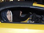 Justin Bieber deixa boate em Miami acompanhado de uma modelo