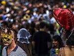 Centenas de foliões participam da festa pré carnaval
