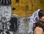 'Noivas' e 'noivos' participam do bloco 'Casa Comigo', na Vila Beatriz, zona oeste de São Paulo