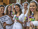 'Noivas' foliãs posam para fotos