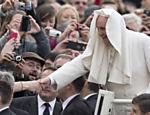 Vento joga manto sobre a cabeça do papa Francisco em audiência geral na praça São Pedro, no Vaticano
