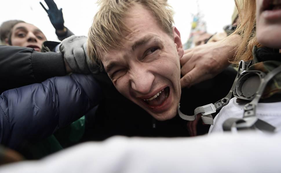 Opositores enfrentam polícia na Ucrânia