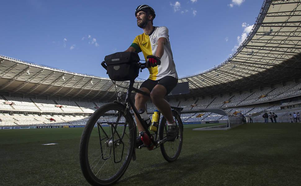 Ciclista inglês percorre sedes da Copa
