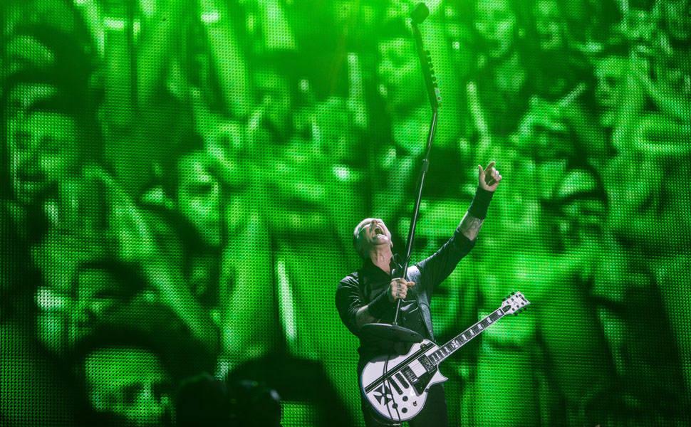 Metallica faz público vibrar em noite chuvosa