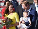 O príncipe George seguradoo por seu pai, príncipe William com sua mãe Catherine durante chegada da Nova Zelândia no aeroporto de Sydney