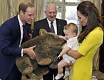 Catherine segura seu filho, o príncipe George, com seu pai, o príncipe William com um