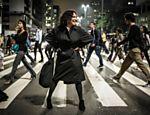 A atriz posa para sessão de fotos em rua de São Paulo
