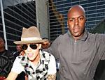 Justin Bieber deixa o aeroporto em Los Angeles