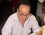 O ator mexicano Roberto Gomez Bolaños, o Chaves, autografa camiseta no lançamento de seu livro 'Y También Poemas', em El Salvador