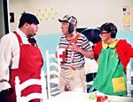 Edgar Vivar (Nhonho), Roberto Gómez Bolaños (Chaves) e Maria Antonieta de las Nieve Gómez Rodrigez (Chiquinha) em cena do seriado mexicano 'Chaves'