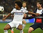 Pelo Chelsea, Willian (esq.) disputa a bola com o também brasileiro Maxwell do Paris Saint-Germain em partida da Champions League