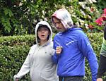 Grávida de 9 meses, Scarlett Johansson mostra barrigão em passeio com o marido Romain Dauriac