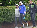 Grávida de 9 meses, Scarlett Johansson mostra barrigão em passeio com o marido