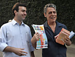 Chico Buarque (à dir.) apoia o então candidato a prefeito do Rio, Marcelo Freixo