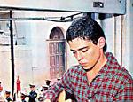Jovem Chico Buarque toca violão
