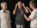 Gilberto Gil (esq.) e Chico Buarque em gravação do clipe 'Copo Vazio'