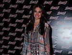 A atriz Isis Valverde apareceu com look novo nesta quarta-feira no Budweiser Hotel